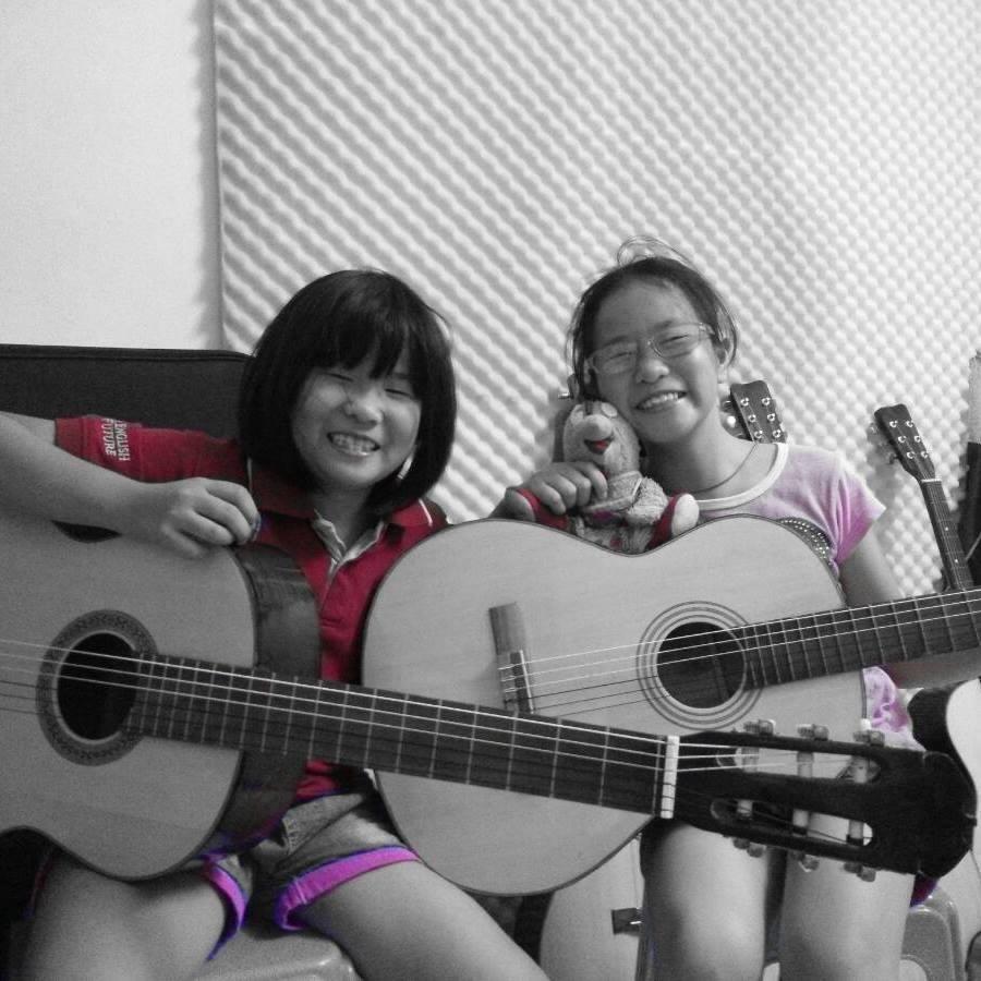 Hai chị em Phương Quỳnh, Thảo Quyên tham gia khóa học đàn Guitar của Sao La Music