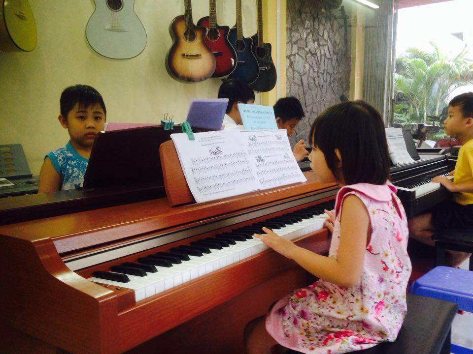 Các học viên nhí lớp Piano tại Trung tâm âm nhạc Sao La
