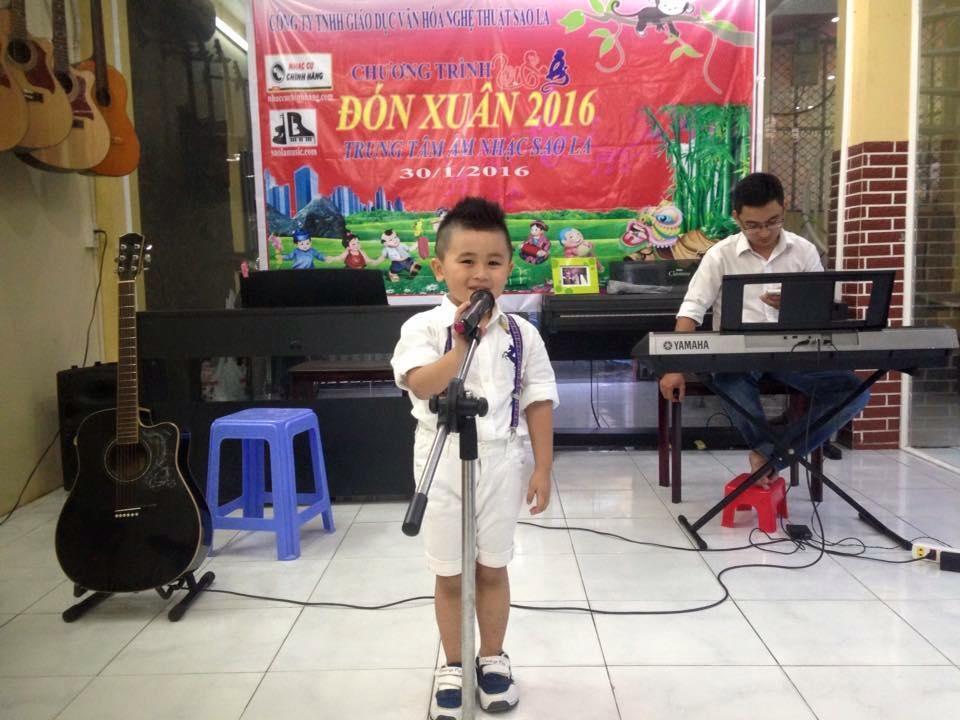 Học viên Chấn Hưng lớp thanh nhạc cơ bản tham gia biểu diễn